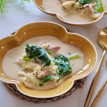 きゃべつや小松菜などの野菜に、おから、豆乳、塩麹に味噌と、腸活を盛り上げてくれる食材&調味料をふんだんに使ったシチューメニュー。1口大に切った野菜を炒めてから豆乳を入れて煮込み、味付けで完了の時短メニューです。