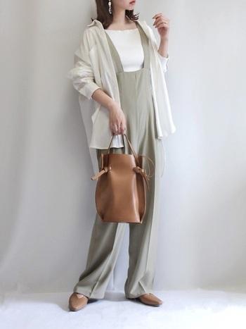 ミントグリーン×ホワイト×キャメルでまとめた、春夏らしい軽やかな装いです。センタ―プレスが入ったオーバーオールはきちんと感があり、シャツやジャケットを羽織るスタイルとマッチします。大人のお出かけにぴったりのコーディネートですね◎