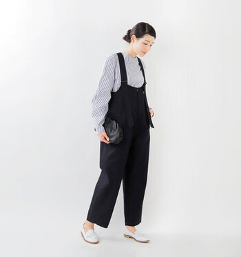 オーバーオールにストライプ柄のブラウスを合わせ、清潔感のあるコーディネートに。肩紐が長めのデザインなため、トップスによってガラリと印象を変えられます。足元は白のローファーを合わせ、さりげなく抜け感と上品さをプラス。