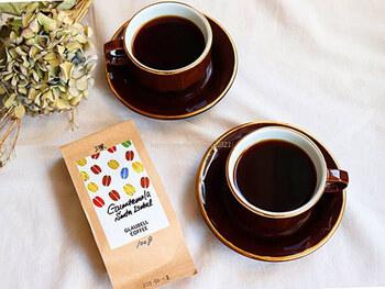 半熱風の焙煎機で自家焙煎したコーヒーは、深い味わいが魅力。珈琲焙煎士の狩野知代さんは、コーヒー界のカリスマ的存在です。コーヒー豆を購入することもできるので、おうちで楽しみたい方にもおすすめです。  (※2021年5月時点では、豆の販売とドリンクのテイクアウトのみの提供となります)