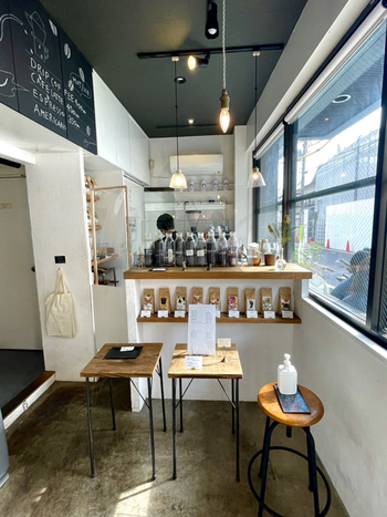 シンプルな店内のカウンターにはコーヒー豆が並んでいます。どの豆にするのか迷ったら、店員さんに聞いて新しい味を飲んでみるのも良いですね。