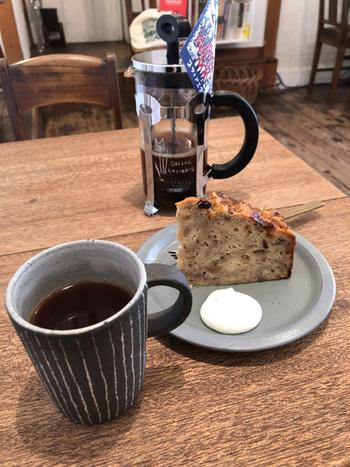 お店のこだわりのスペシャルティコーヒーは、豆によって違う美味しさの高みを探して、焙煎を施しています。人気の自家製ケーキともよく合うので、ぜひセットでどうぞ♪