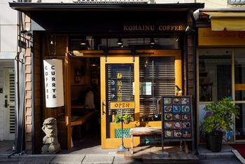 どこか異国の雰囲気ただよう「狛犬珈琲」。お店のプロデュースを手掛けたのは、横浜の野毛山カレー食堂やカレー店、タイ料理店などで腕を磨いた宮田剛さんです。