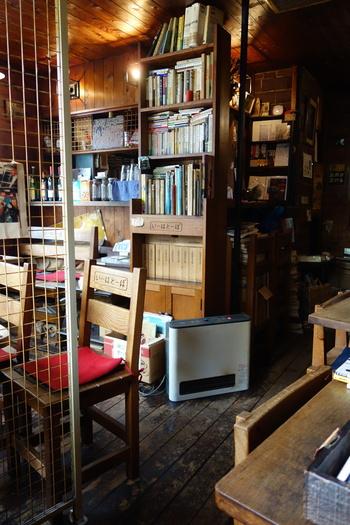店内には海外のジャズやロックが流れています。音量が大きめなので、音楽を楽しみに訪れるコアなファンも多いそう。本棚にずらりと並ぶ古本を手に取って、自分だけの時間に浸ってみては?