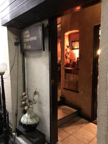 下北沢でもっとも有名な喫茶店「TROIS CHAMBRES(トロワ・シャンブル)」。暖色の灯りが照らされたレトロな外観が目印です。