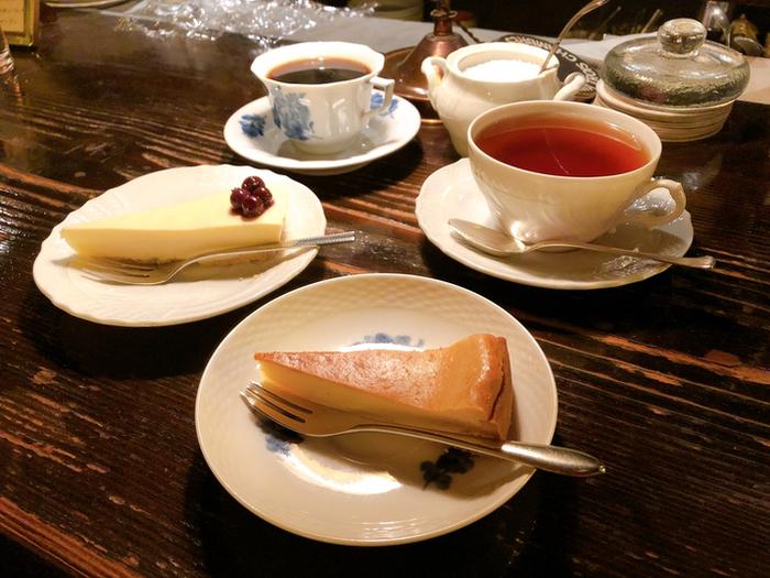 「チーズケーキ・トルテ」と「レアチーズケーキ」は人気のスイーツメニュー。濃厚ながら後味がさっぱりしていてコーヒーのお供にベストマッチです。