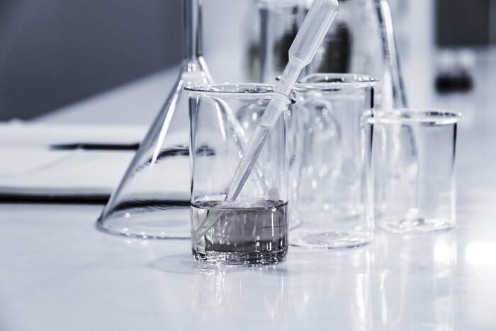 【1】消毒用エタノールと精油をビーカーに入れる まずは消毒エタノールを測り入れてから、精油を垂らしていきます。精油によっては濁る場合もありますが、心配ありません。  【2】竹串でよく混ぜる よく混ざったら、液をスプレー容器に移し入れます。  【3】ビーカーで精製水を量り、スプレー容器へ 全ての材料を容器に測り入れたら、蓋をしっかり閉めてよく振ったら完成です!防腐剤などが入っていないため、作ったら2週間を目安に使い切ってくださいね。