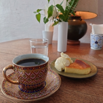 濃いめのブレンドコーヒーに、ほんのり温かいチーズケーキの組み合わせは贅沢なカフェタイムですね。チーズケーキに添えたアイスクリームと一緒に召し上がれ。