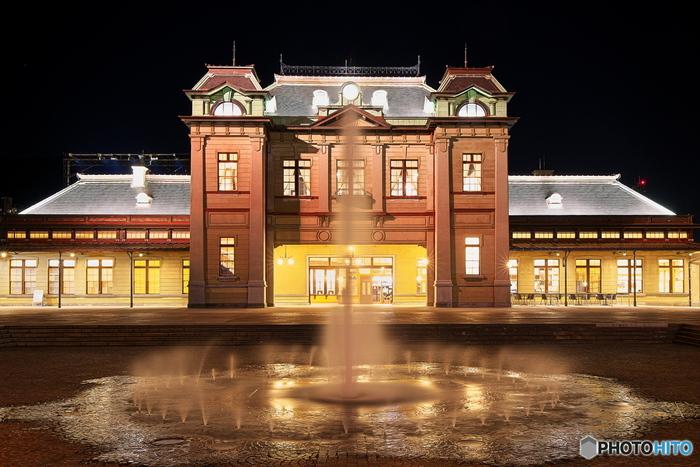 夜の門司港駅はライトアップされて、日中とはまた違った幻想的な表情を見せてくれますよ。