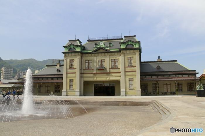 「門司港駅」は、1914年に開業した門司港のシンボル。博多駅から新幹線と在来線を利用すると移動時間は約30分で到着します。2019年に6年間の工事が終わり、開業当時の駅舎に復元されました。
