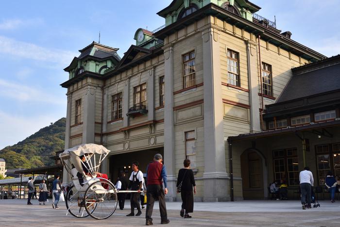 国の重要文化財に指定された駅舎としても知られ、現存する駅舎は門司港駅と東京駅だけなんです。ネオルネサンス様式の木造二階建ての駅舎は、まるで大正時代にタイムスリップしたような気分に。圧倒的な佇まいでじっくりと眺めていたくなりますね。
