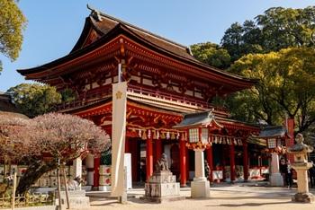 こちらは1914年に再建された朱塗りの楼門で、雅な雰囲気が漂っています。御本殿はこの先にありますよ。