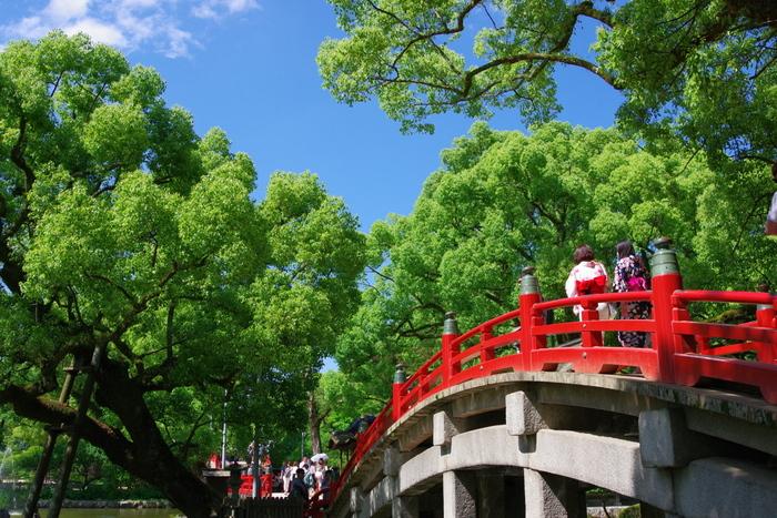 太宰府の観光スポットというより、福岡県を代表すると言っても過言ではないほど全国的に有名な「太宰府天満宮」。西鉄福岡(天神)駅から電車で約20分で到着します。駅の改札を出てすぐ目の前が参道で、5分ほどで太宰府天満宮へ行くことができますよ。