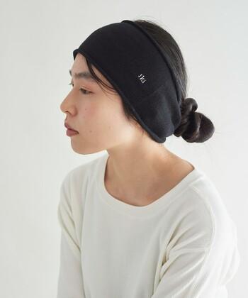 頭から耳まですっぽりと隠れて可愛いikiのヘアバンド。起毛がかったシルク素材で、肌に触れたときに格別な心地よさがあります。