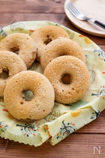 小麦粉・卵・バター・牛乳を使わず、簡単に作れるきな粉の米粉焼きドーナツはノンオイルでヘルシー。米粉・きな粉・砂糖・ベーキングパウダー・豆乳が材料で、素朴な味わいが楽しめます。