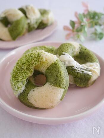 ワンボウルで作れるお手軽な抹茶味の焼きドーナツは、卵と小麦粉を使わないレシピです。お好みでホワイトチョコを溶けかけてもおいしく、見た目も華やかに。