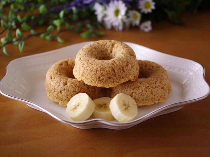 材料はホットケーキミックス・バナナ・ココナッツオイルの3つだけ。バナナの自然な甘さのヘルシーな味わいで、甘さが足りないときははちみつをかけるとよく合います。