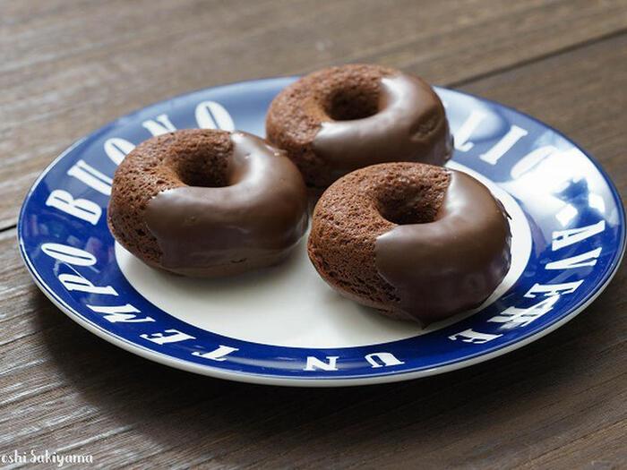 濃厚なチョコレートの焼きドーナツが食べたいという方におすすめのレシピ。生地に溶けこんだチョコと、仕上げにコーティングされたチョコの2つの味わいは、チョコレート好きにはたまりません。