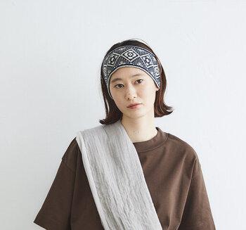 伝統的な織物のようなノスタルジックな雰囲気のヘアターバン。クラフト感がありますが、後ろがゴム、そして絶妙な細幅により、着け心地の良さとフィット感を実現しました。