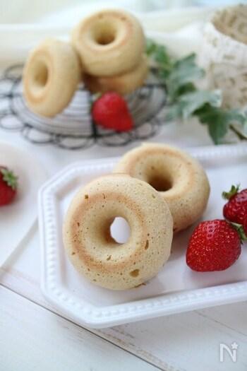 ホットケーキミックスを使い、混ぜるだけでふんわり仕上げたきな粉の焼きドーナツ。ほんのり優しい和の味わいで、大豆の栄養も摂れるヘルシーレシピです。