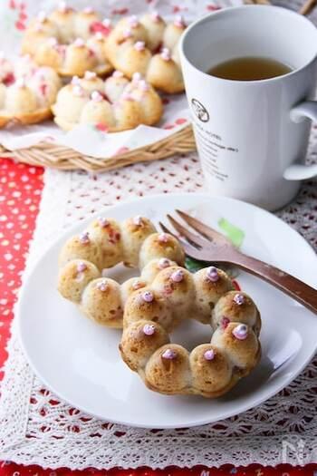 フレッシュな苺を生地に練り込んだ焼きドーナツは、苺の食感とほんのりとした酸味が贅沢な味わい。焼き上がったドーナツに苺ジャムや練乳をかけてもよく合います。