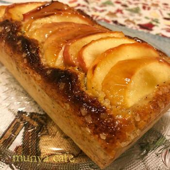 ホットケーキミックスを使って作る簡単レシピです。しっとりしたケーキの表面にまぶしてあるカリカリのザラメが食感のアクセントになっています。りんごと紅茶の組み合わせがおいしい一品です。
