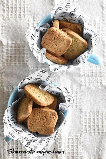 ホットケーキシロップの甘さと紅茶の組み合わせがたまらない、食感も楽しめるクッキーです。型抜き不要で作りやすく、ホットケーキミックスを使っているので調理工程も簡単。ティータイムのお供の王道です♪