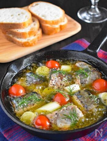 揚げ物ではありませんが、油分の香ばしさ+にんにくの風味で魚を食べやすくするレシピにはアヒージョもおすすめ。オリーブオイルに栄養が溶け出しているので、パンにつけて食べるようにすれば栄養を逃さずいただけます。