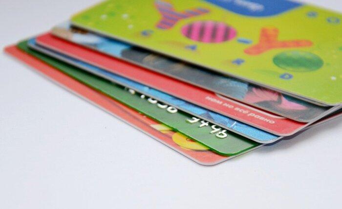 頑固な汚れには、要らなくなったポイントカードやクレジットカードが便利です。フローリングワイパーや掃除機だけでは取れない、食べカスなどをこそげ落としてくれます。すぐに処分せず、ぜひ普段の掃除で活用してみてくださいね。