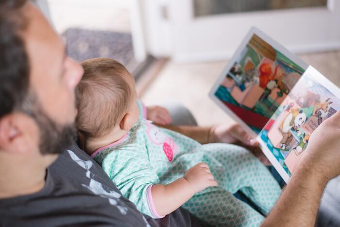 子供の読み聞かせに使うなら、一緒にお話を作るのがおすすめです。大人よりもずっと頭の柔らかい子供たち、とんでもなく楽しいお話を聞かせてくれるでしょう。「何をしているのかな?」「どこに行くのかな?」と一緒に想像して、楽しい時間を過ごしてくださいね。