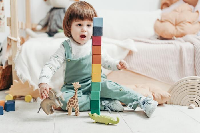 男の子が朝起きて、歯みがきをして積み木で遊んで…そんなシーンの絵を見ながら、お話を仕立てて楽しむ絵本。赤ちゃんが好むはっきりした色彩で、0歳児から楽しめます。出産やお誕生日のお祝いにもおすすめです。