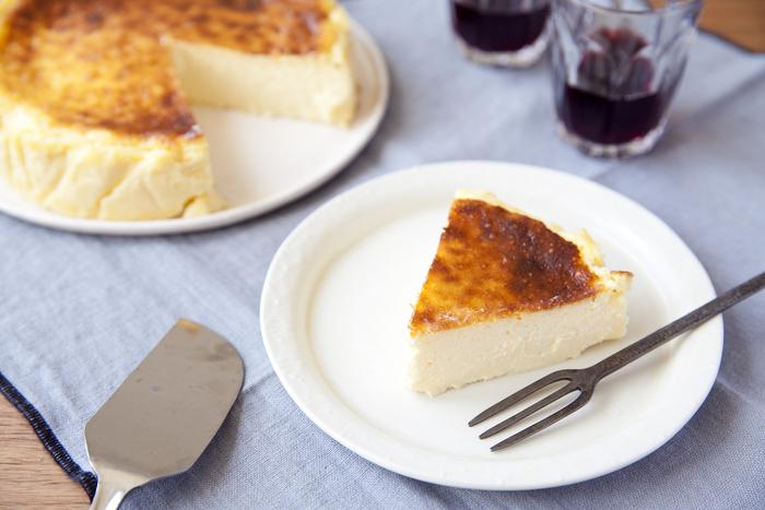 こんがりとした焦げ目がおいしさのアクセントのバスク風チーズケーキ。赤ワインとともにいただくのが、本場スペイン流だそうです。