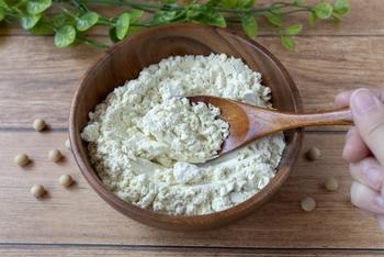 おからは、大豆から豆腐を作る過程でできる、豆乳を絞ったあとに残るかすのこと。お豆腐屋さんやスーパーで安価で購入できる食材で、たんぱく質や食物繊維、マグネシウム、カルシウム、ビタミンB2などの豊富な栄養が含まれています。