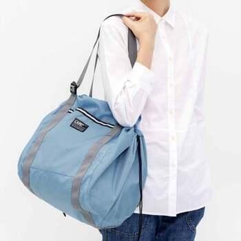 バッグとして使える持ち手も付いており、長さを調節すれば手持ちにも肩掛けにもできますよ。荷物が少ない時はバッグ、多い時や自転車の時はリュック、などと使い分けられるのは便利!