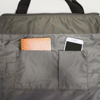 普段の買い物の量に合った、収納力のあるリュックを選びましょう。外側や内側にポケットが付いているかもチェック!お財布やスマホをしまうのにぴったりで、リュック内を整理整頓できます。