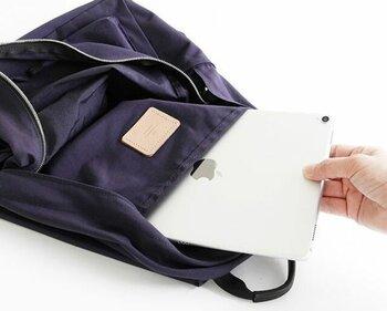 衝撃に弱いノートパソコンやタブレットを持ち歩きたい方は、デジタルデバイス用のスリーブを備えているかどうかもチェックしておきたいポイントの一つ。クッション性が高いなど衝撃への対策が施されていると安心ですし、撥水加工もあるとなお良いでしょう。