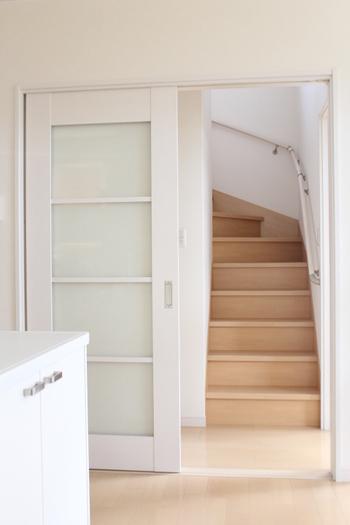 2階にクローゼットなどの収納場所があると、上がるついでに収めようと階段に物を置きがちに。 結果放置してしまうということはよくある光景ではないでしょうか。  いざ避難するとなったとき、慌てて階段を上り下りすることも多く、モノのつまづいてしまうこともあります。  その日のうちに片付ける癖を付けるか、極力置かないようにしたいものです。