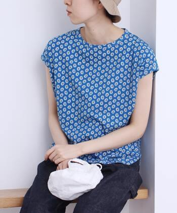 小花模様にも見える連続模様を使ったペイズリーのプリントTシャツ。鮮やかなサックスカラーが爽やかですね。フレンチスリーブで二の腕もすっきり見えます。  ひとつの柄が小さめの総柄なので、柄物初心者さんでも着こなしやすい1着ですよ。