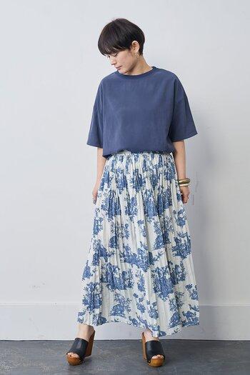 トワル・ド・ジュイ美術館のアーカイブ図案をベースにデザインされたスカートです。ランダムプリーツ加工が施され、動くたびに違った表情を楽しめる1着に仕上がっています。  足首が見えるロング丈で、サンダルはもちろん、スニーカーやバレエシューズなどさまざまなスタイルで着こなせます。白と青の配色の分量が見事で、軽やかで爽やか。凛とした大人の女性の美しさを感じます。