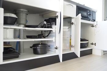 重さによって収納位置を考えることも大切です。  「重たいモノは下に、軽いモノは上に」を心がけていきましょう。  重さのある調理器具は、キッチン下収納などを上手く活用し収納したいですね。