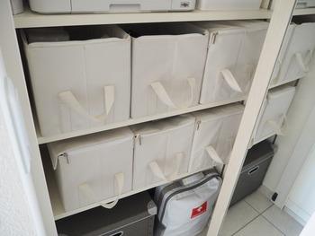 普段使いには少し面倒かもしれませんが、蓋付きボックスはいざというとき、物の飛び出し防止になり頼りになります◎ 軽量な布製ボックスも使いやすくておすすめ。