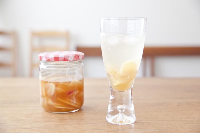 甘くなりがちな自家製ドリンクも、生姜を使えばピリリと辛さが効いた大人の味わいに仕上がります。新生姜を使用すると、ほんのりとしたピンク色になって、見た目がキレイなのも嬉しいポイントです。ジンジャーシロップをストックしておけば、風邪気味のときにはお湯割りにするなど幅広いアレンジを楽しめます。
