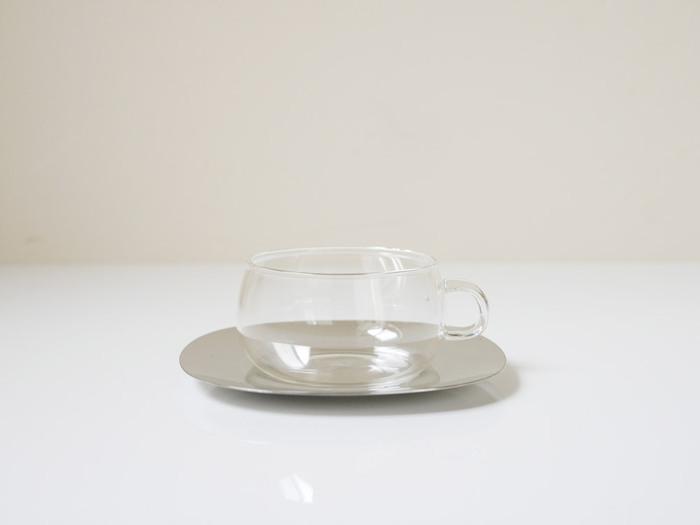 ぽってりとした、どこか微笑ましい雰囲気のガラスカップ。ちょこんとついた持ち手がキュートな印象です。スマートなステンレス製のソーサーとの相性も◎電子レンジにも対応している耐熱ガラス製なので、冷めたドリンクを温めなおすこともできます。