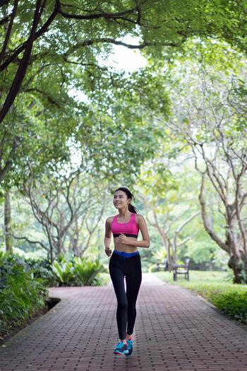 まず大切なのが「笑顔で話せる速度」を意識して走ることです。つまり人によって適した速度は異なります。自分がニコニコと楽に走れる速さをキープしましょう!歩く速さより遅くなってしまっても大丈夫です♪