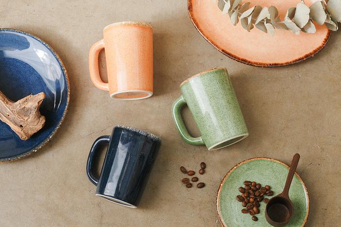 メキシコの陶磁器メーカー「ANFORA」が手掛けるマグカップは、ゆったりとした南国を思わせるカラーリングがポイント。ぽってりとした厚みとツヤツヤした風合いは、豊かな気分にさせてくれます。 明るいカラーで、345mlの大容量。存在感抜群のマグカップをお探しの方におすすめです。