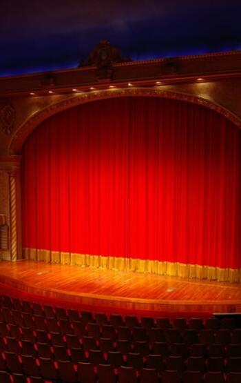 「映画鑑賞」や「舞台鑑賞」の沼にハマっていない限り、「映画館」や「劇場」はあまり身近ではない場所かもしれません。けれど、目の前に大きく広がるステージやスクリーンは、やはり感性を大きく刺激してくれるもの。  お誕生日には、普段選ぶであろう席の1ランク上のシートをとったり、気になる映画のチケットを2本分準備したりして、芸術の世界にいつもよりどっぷりと身を任せてみるのもいいかもしれません。  様々な制限があったり、人を誘ったりしにくいこんなご時世。そこをぜひ逆手にとって、自分の興味を優先しながら、人との距離も取りやすい「おひとり様」での鑑賞を贅沢に楽しんでみてください!  もちろん、決して無理せず、お出かけの際は感染対策をお忘れなく・・・!