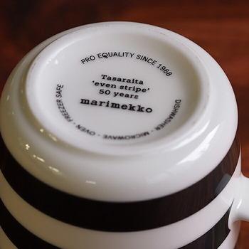モチーフ誕生50周年を祝う言葉がマグカップの裏に記されています。ボーダー好きさんだけでなく、マリメッコ好きにはたまらない!