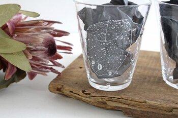 ゆらゆらと可愛らしいりんごが浮かび上がったようなグラスです。リンゴの中にみえる小さな気泡もみずみずしい印象。吹きガラスという技法を使って、1点1点ハンドメイドで作られています。