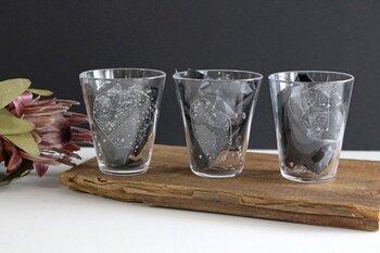 グラスには色々な形のリンゴが描かれています。小さなりんごや、まんまるのりんごなどそれぞれ違った表情なのも手仕事ならでは。