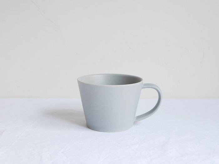 シンプルな形とあたたかみのある色合いが素敵な「SAKUZAN」saraシリーズのマグカップです。 やわらかいトーンのグレーのマグは、日常にすっと溶け込んで、心和む存在になりそう。しっとりとして、マットな質感が魅力的です。  少し多めの190mlの容量は、ゆったりとしたいくつろぎタイムにも嬉しいサイズ。